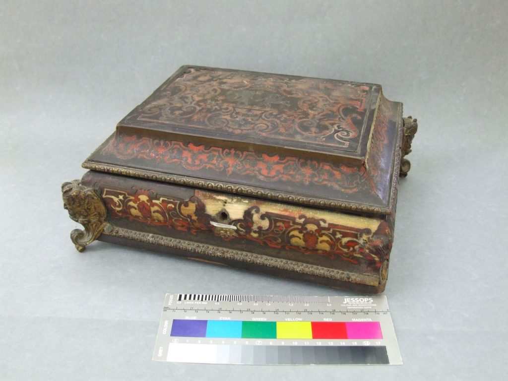 Boulle object with color card